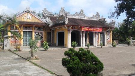 Ngôi đình cổ kính nằm chính giữa trung tâm, tính từ 2 cổng