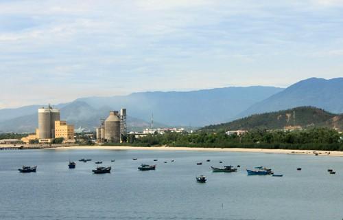Những tòa nhà cao tầng, những nhà máy vươn mình trên biển.