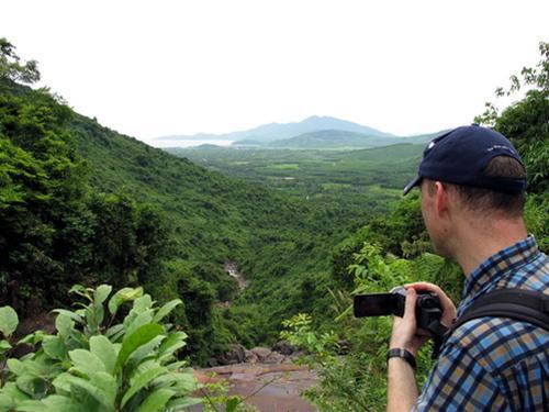 Du khách nước ngoài khám phá đỉnh thác Thủy Điện