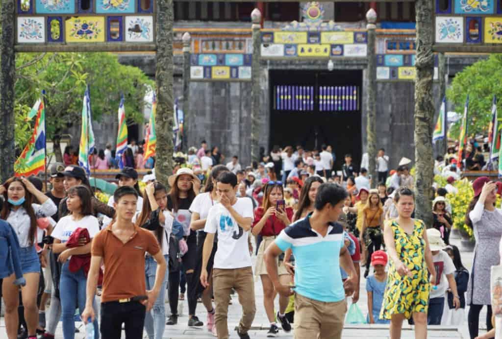Đông đảo khách du lịch tham quan Đại nội Huế