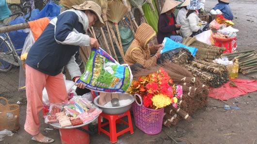 Mới đầu tháng Chạp, chợ Bao Vinh đã bày bán ông Táo đất nung.