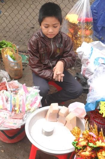Chú bé bán ông Táo kiếm tiền xài Tết.