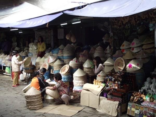 Nón Huế là mặt hàng rất được du khách yêu thích ở chợ Đông Ba