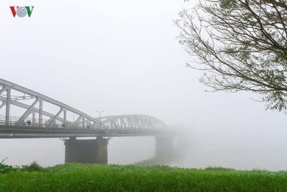 Sự hình thành sương mù tuy là một quy luật của tự nhiên, nhưng đã góp phần tăng thêm nét cổ kính, lãng mạn và huyền ảo cho cố đô Huế.