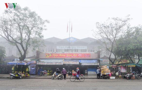 Chợ Đông Ba chìm trong làn sương trắng.