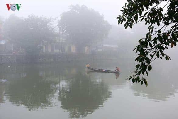 Người ngư phủ đánh cá trên sông, hình ảnh thân thuộc của những ngày xưa trở lại trong một sớm sương trắng chuẩn bị đón một mùa xuân rực rỡ nắng vàng.