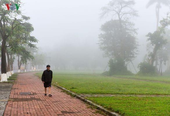 Nhiều người đi bộ thể dục sáng sớm đã có cùng một tâm trạng thích thú khi đi trong làn sương mỏng.