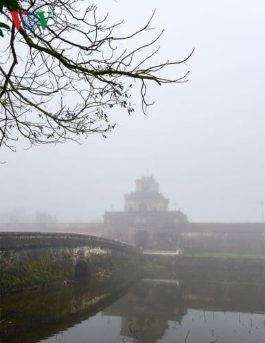 Những công trình kiến trúc cổ, thành quách, đền đài mờ mờ ẩn hiện trong màn sương mờ ảo gây nên cảm giác về một Huế xưa trong sớm bình minh... Những cổng thành ẩn hiện trong làn sương dày đặc.