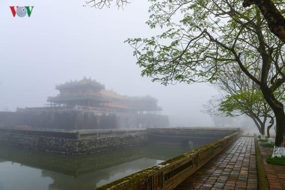 Lầu Ngũ Phụng mờ ảo trong sương sớm.