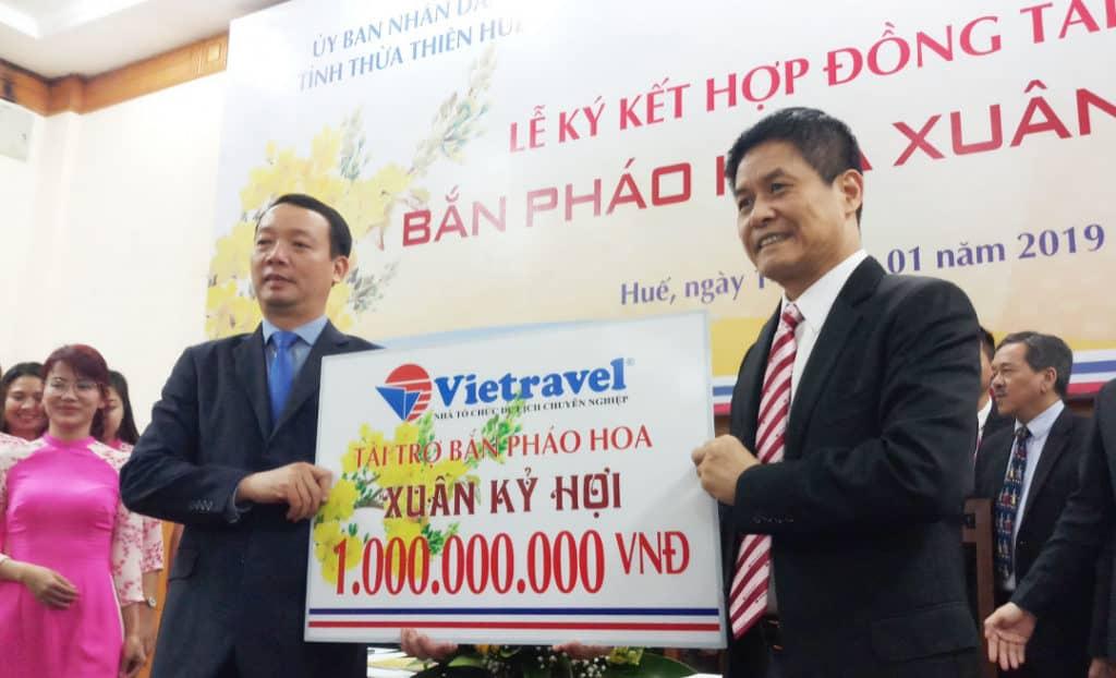 Đại diện tỉnh Thừa Thiên Huế và Vietravel ký kết tài trợ
