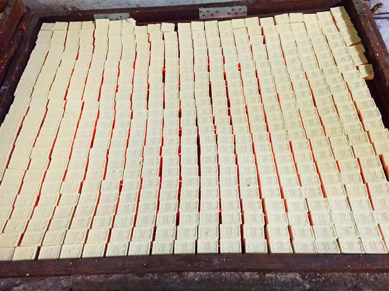 """Bánh """"Tiến vua"""", hương sắc đặc trưng trên bàn thờ ngày Tết 143"""