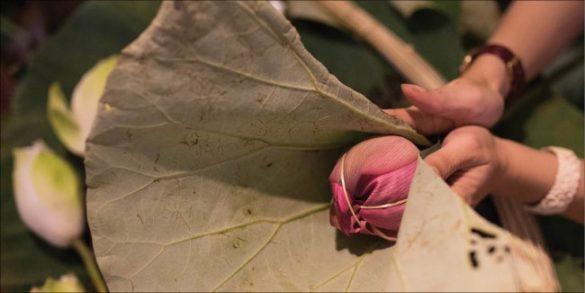 Bọc lá bên ngoài để sen không bị héo và om hương tốt hơn. Ảnh: Trung Phan