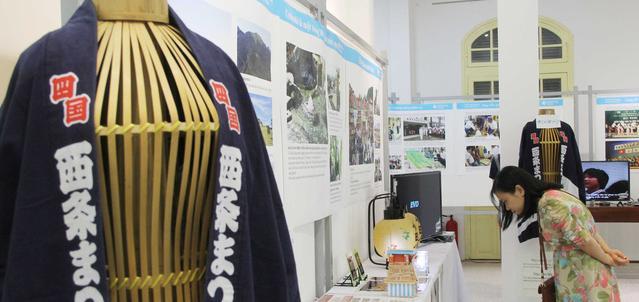 Một góc trưng bày sản phẩm của làng nghề Saijo (Nhật Bản) tại Festival nghề truyền thống Huế 2017. Ảnh: Toquoc