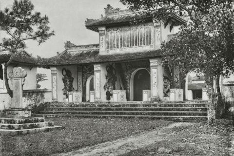 Cổng tam quan chùa Thiên Mụ, thập niên 1920. Ảnh tư liệu.