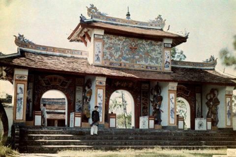 Bức ảnh màu về cổng tam quan do nhiếp ảnh gia W. Robert Moore của tạp chí National Geographic chụp năm 1931. Ảnh tư liệu.