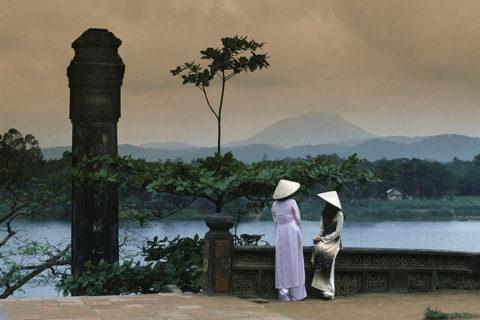 Sông Hương nhìn từ sân chùa Thiên Mụ, thập niên 1970. Ảnh tư liệu.