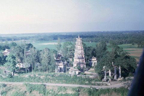 Toàn cảnh chùa Thiên Mụ năm 1963 nhìn từ máy bay trực thăng của Mỹ. Ảnh tư liệu.