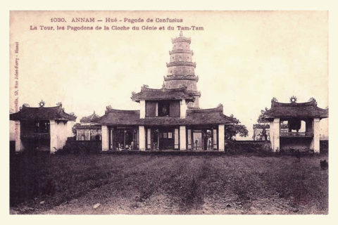 """Khung cảnh nhìn từ sân trước chính điện ra cổng tam quan và tháp Phước Duyên. Tấm bưu thiếp này được người Pháp chú thích là """"chùa Khổng Tử"""" (Pagode de Confucius). Ảnh tư liệu."""