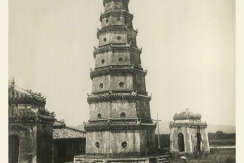 Tháp Phước Duyên, khoảng thập niên 1940. Khu vực quanh tháp thời điểm này rất ít cây xanh. Ảnh tư liệu.
