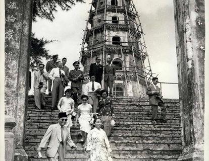 Thủ tướng Malaysia Tengku Abdul Rahman viếng thăm chùa Thiên Mụ năm 1958. Ảnh tư liệu.