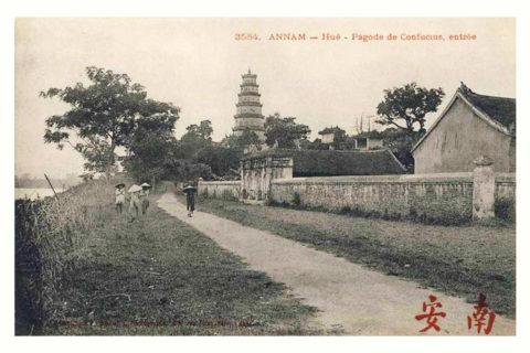 Con đường chạy qua chùa Thiên Mụ đầu thế kỷ 20 là đường đất khá hẹp, nay là đường Nguyễn Phúc Nguyên với hai làn xe ô tô. Ảnh tư liệu.