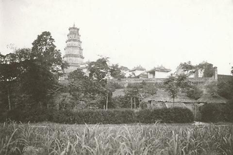 Nhà lá và ruộng đồng cạnh chùa Thiên Mụ, thập niên 1920. Ảnh tư liệu.