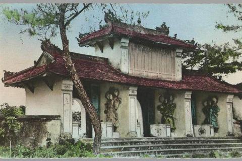 Tam quan chùa Thiên Mụ trong một bưu thiếp tô màu thời thuộc địa. Ảnh tư liệu.