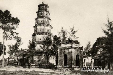Nhà bia và tháp Thước Duyên của chùa Thiên Mụ, khoảng năm 1930. Ảnh tư liệu.