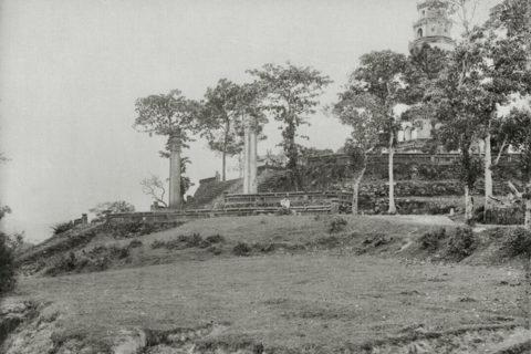 Bờ sông Hương trước chùa Thiên Mụ thập niên 1920. Khu vực này ngày nay đã được kè đá. Ảnh tư liệu.