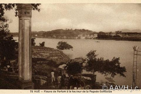 Khung cảnh trước cổng chùa Thiên Mụ khoảng năm 1930. Ảnh tư liệu.
