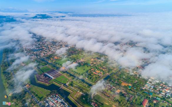 Khu vực Đại Nội là nơi thường xuất hiện nhiều sương nhất. Những hạt sương dày kết thành các đám mây, tạo hình cuồn cuộn như con sóng từ xa vỗ vào bờ sông Hương huyền thoại.