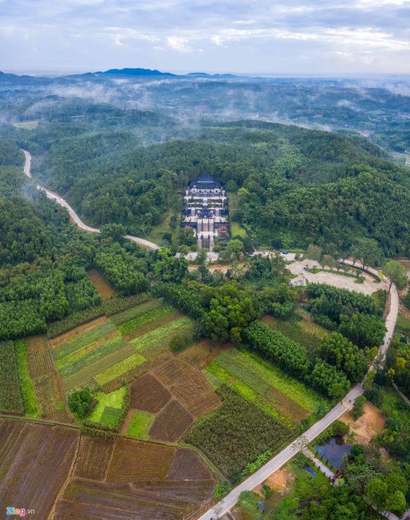 Khu vực lăng Khải Định hiện lên thơ mộng giữa những ngọn núi, rừng cây và con đường trải nhựa quanh co. Vào khoảng 8h, sương tan dần trả lại màu xanh của cây cối, núi rừng cho cảnh sắc cố đô Huế.