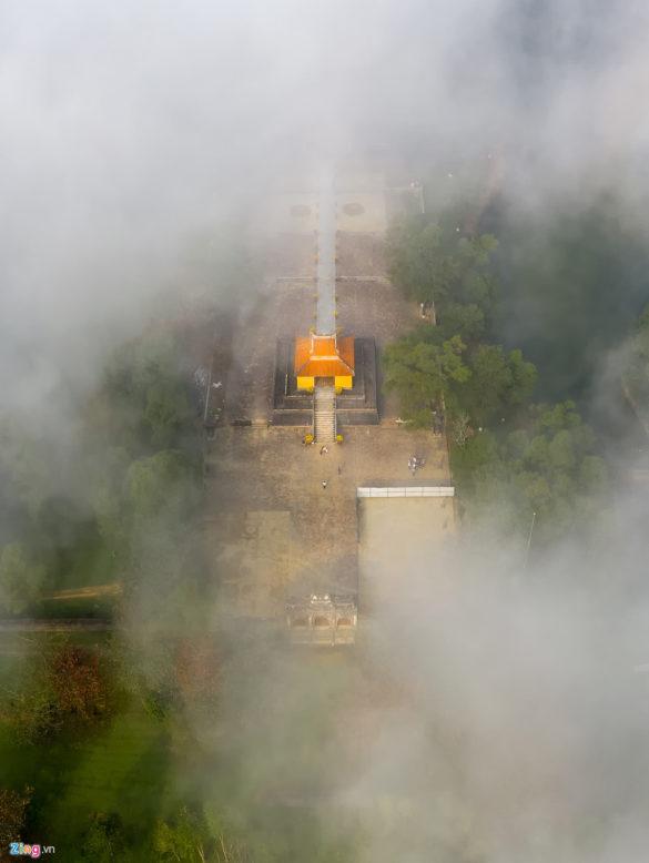 Lăng Minh Mạng với những hồ nước xanh kết hợp cùng sương và ánh nắng sớm buổi bình minh tạo nên cảnh sắc kỳ vĩ.