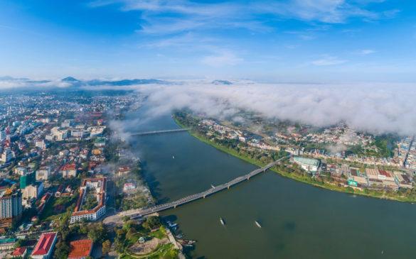 Huế và dòng sông Hương những ngày đầu xuân hiện lên một cách thơ mộng. Nhìn từ độ cao 500 m, nhiều nhiếp ảnh gia sững sờ trước luồng sương giăng kín một bên thành phố. Hình ảnh càng trở nên cuốn hút hơn dưới ánh nắng sớm trong xanh.