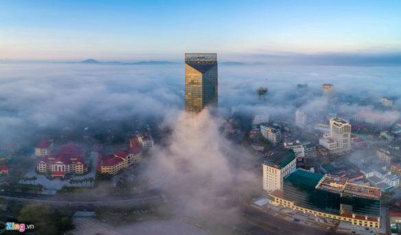 Tòa nhà cao nhất Huế với 33 tầng như được sương cuốn quanh khu vực từ tầng 11 đến 15, tạo nên khung cảnh kỳ ảo.
