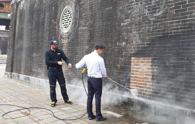 Xem chuyên gia Đức làm sạch Ngọ Môn - Huế bằng công nghệ tiên tiến - ảnh 4
