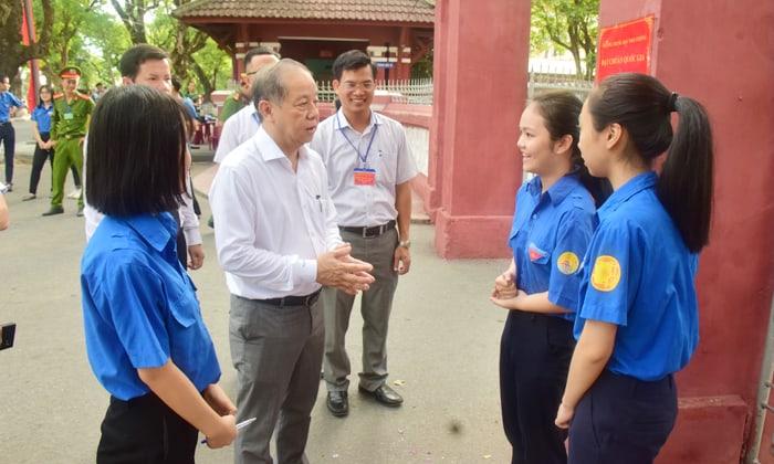 Chủ tịch UBND tỉnh Phan Ngọc Thọ kiểm tra các điểm thi THPT quốc gia trong buổi thi đầu tiên 144