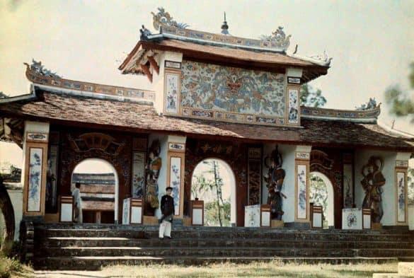 Cổng chùa Thiên Mụ trong một bức ảnh màu chụp năm 1931. Ảnh: W. Robert Moore.