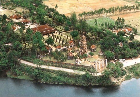 Góc nhìn từ trên cao về chùa Thiên Mụ xưa.