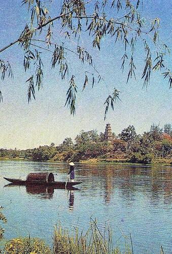 Khung cảnh thơ mộng của chùa Thiên Mụ với tháp Phước Duyên soi bóng xuống sông Hương.
