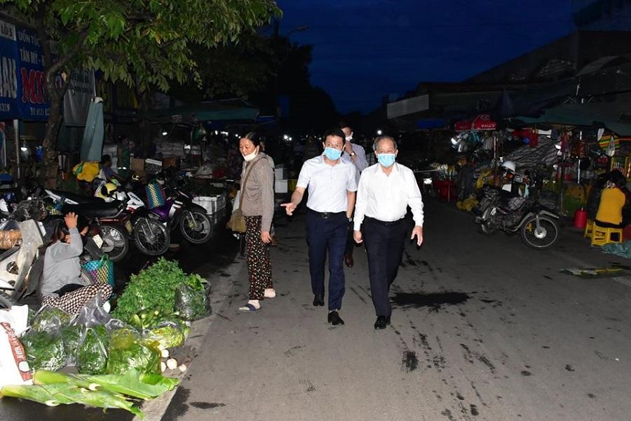 Chủ tịch Thừa Thiên Huế đi chợ, nhắc nhở bà con tiểu thương phòng chống dịch