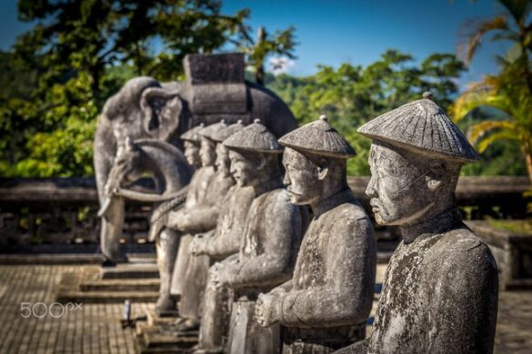 Cận cảnh những bức tượng trăm tuổi. Ảnh: Michael S / 500px.com.