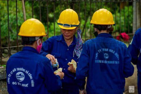 Lời cảm ơn, tri ân Cô Chú Anh Chị công nhân vệ sinh môi trường Huế sau cơn bão số 5 158