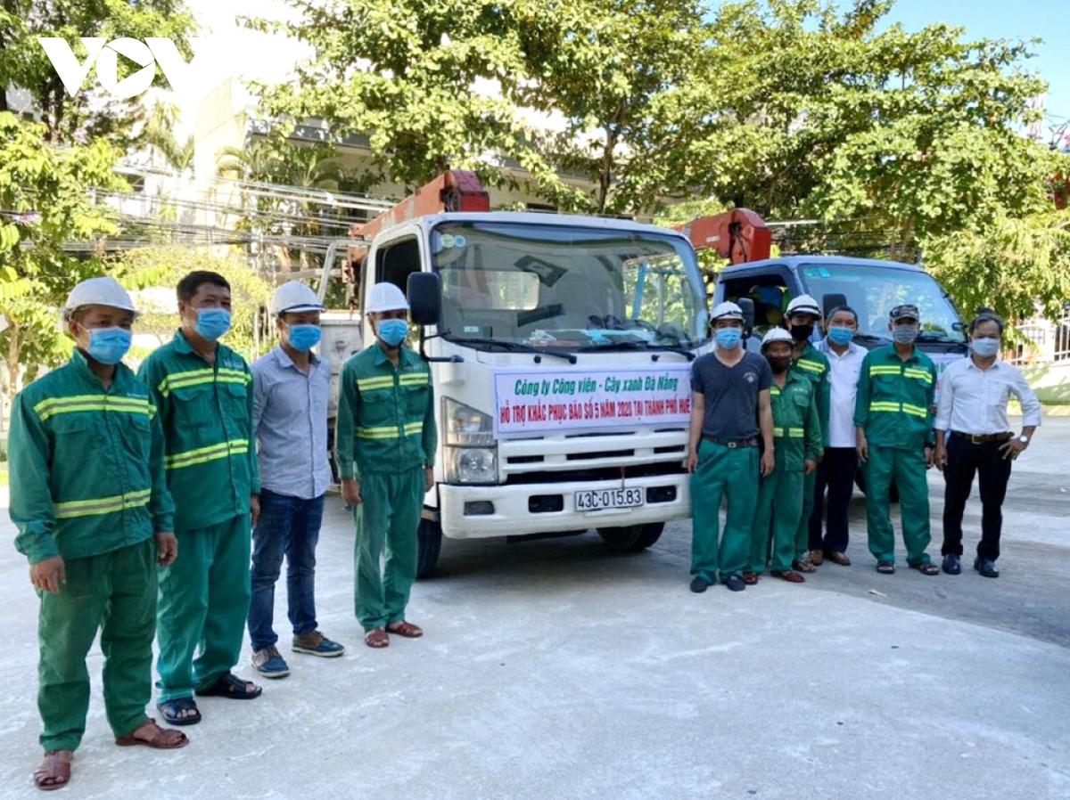 Hàng chục công nhân bậc cao giúp Huế khắc phục hệ thống cây xanh sau bão số 5