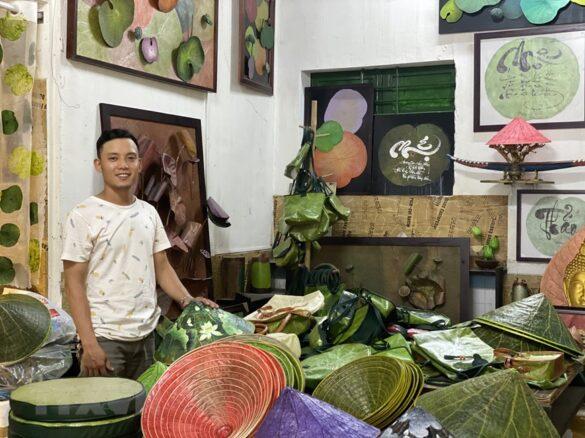 Hoạ sỹ Nguyễn Thanh Thảo cùng các sản phẩm sáng tạo từ sen. (Ảnh: Mai Trang/TTXVN)