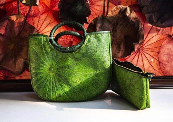 Túi xách thời trang được làm từ lá sen khô của họa sỹ Nguyễn Thanh Thảo. (Ảnh: Mai Trang/TTXVN)