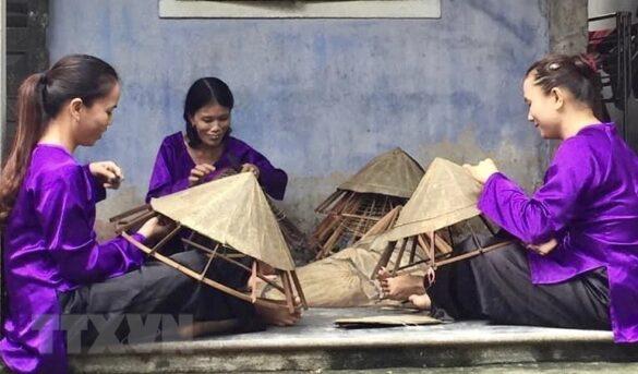 Nón lá sen được làm nên từ bàn tay khéo léo của các phụ nữ làng nghề làm nón Đốc Sơ (Thừa Thiên-Huế). (Ảnh: Mai Trang/TTXVN)