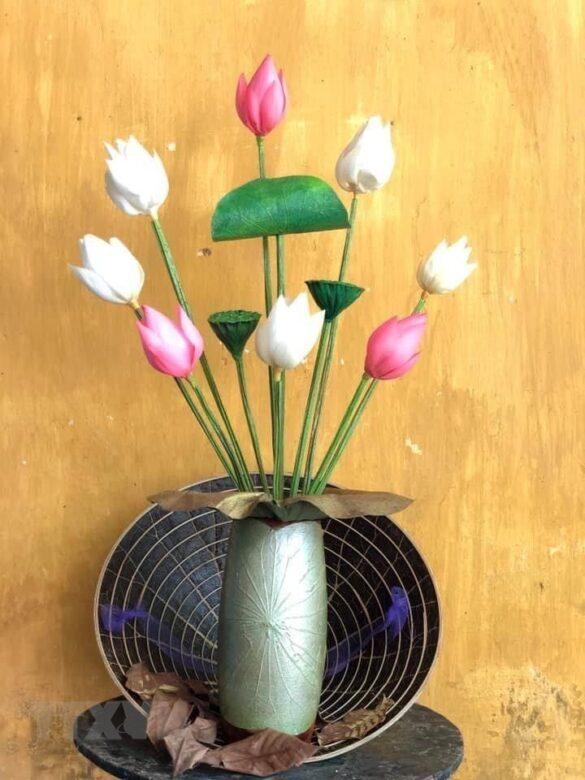 Nghệ thuật từ sen khô của hoạ sỹ xứ Huế Nguyễn Thanh Thảo. (Ảnh: Mai Trang/TTXVN)