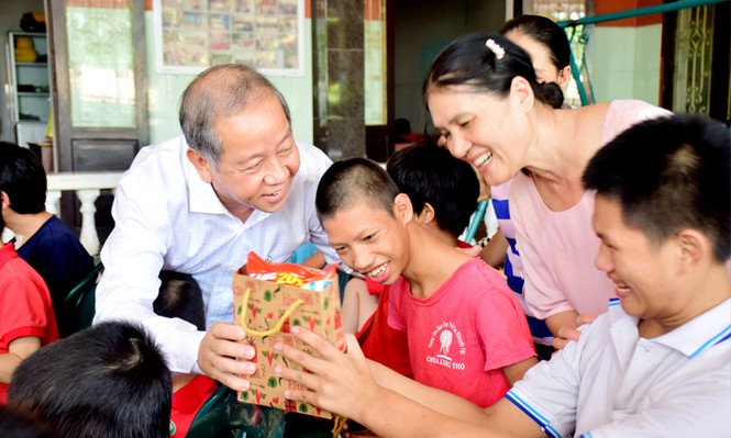 Chủ tịch tỉnh cõng trẻ khuyết tật vui Tết Trung thu