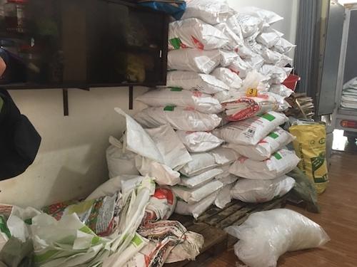 Bắt quả tang thu giữ số lượng lớn bột ngọt, hạt nêm tại một cơ sở sản xuất hàng giả